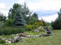 Рокарий с водным каскадом недалеко от выставочной части парка