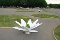 Арт-проект «Кувшинки» на площади перед фонтаном. «Зеленая неделя» 2012 в Парке Горького.